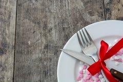 Walentynka gość restauracji Walentynka cukierki z kierowym kształtem na talerzu, nożu i rozwidleniu białych, Zdjęcia Royalty Free
