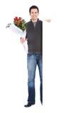 Walentynka: Mężczyzna mienia Różany bukiet Obrazy Stock