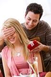 Walentynka: Mężczyzna Zaskakuje kobiety Z prezentem Obrazy Royalty Free
