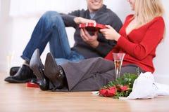 Walentynka: Para Ma szampana i cukierek Zdjęcie Stock