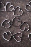 Walentynki, serce kwiaty na的czekoladowym tle w 库存照片