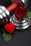 Walentynki bawją się tło z dumbbell, różanego i kierowego pudełkiem, Fotografia Royalty Free
