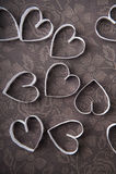Walentynki, czekoladowym tle w del Na del serce kwiaty Fotografie Stock