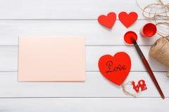 Walentynki diy handmade karciany robić, odgórny widok na drewnie Obraz Royalty Free