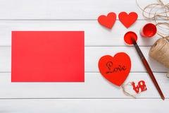 Walentynki diy handmade karciany robić, odgórny widok na drewnie Obrazy Royalty Free