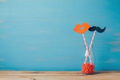Walentynki Dzień romantyczny tło Retro butelka i słoma z papierowym wąsy i wargami Fotografia Stock