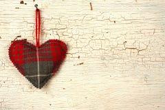 Walentynki handmade serce na a   stary drewniany drzwi obrazy stock
