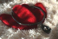 Walentynki kłamstwo z czarnymi koralikami na kanwie Zdjęcie Stock