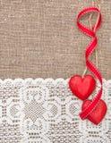 Walentynki karta z drewnianymi sercami i koronkowym płótnem zdjęcie stock