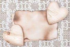 Walentynki karta z drewnianymi sercami na koronkowym Zdjęcia Royalty Free