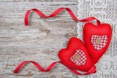 Walentynki karta z tekstylnymi sercami na koronkowym i starym drewnie Fotografia Stock