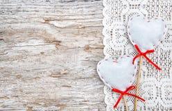 Walentynki karta z tekstylnymi sercami na koronkowym płótnie i starym drewnie Obraz Royalty Free
