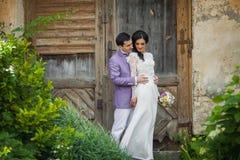 Walentynki para, fornala przytulenia panna młoda od behind, drewniany drzwiowy b Obraz Royalty Free