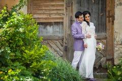 Walentynki para, fornala przytulenia panna młoda od behind, drewniany drzwiowy b Zdjęcie Stock