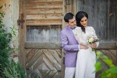 Walentynki para, fornala przytulenia panna młoda od behind, drewniany drzwiowy b Obrazy Stock