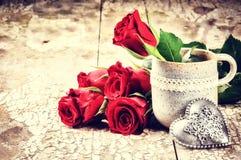 Walentynki położenie z bukietem czerwone róże Zdjęcia Royalty Free
