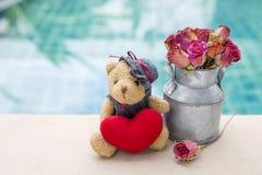 Walentynki pojęcia tło śliczny miś z czerwonym serca i róży papierowego kwiatu garnkiem Zdjęcia Royalty Free