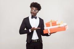 Walentynki pojęcie Afrykański biznesmen wskazuje rękę przy czerwienią obraz stock