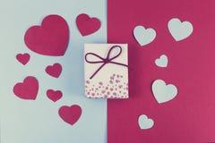 Walentynki pojęcie z prezentem na podwójnym barwionym tle stonowany obrazy royalty free