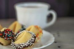 Walentynki pomyślności ciastka na talerzu dla specjalnego dnia Zdjęcia Stock