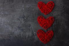 Walentynki ` s dnia ciemny tło z czerwonym sercem na widok miejsce tekst fotografia stock