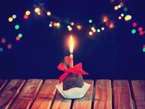 Walentynki ` s dnia czekoladowa babeczka z świeczką i sercem Zdjęcie Stock