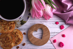 Walentynki ` s dnia elegancki życie z tulipanową kwiat filiżanką coffe marshmallow kształta czerwony kierowy znak na białym drewn Obrazy Royalty Free
