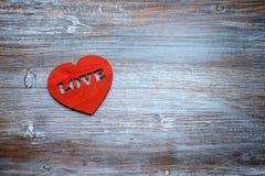 Walentynki ` s dnia karta, kierowy ` s na rocznika białym drewnianym tle Mieszkanie nieatutowy z bliska fotografia royalty free