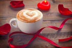 Walentynki ` s dnia kawa z sercem na pianie Zdjęcie Royalty Free