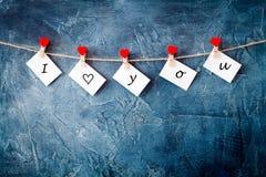 Walentynki ` s dnia pocztówka z drukowanymi słowami, czerwone serce klamerki Fotografia Stock