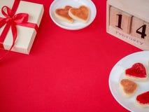 Walentynki ` s dnia pojęcie Jaźń zrobił ciast serc tortom z kalendarzem i prezentem Wakacyjny pojęcie zarygluj składu pojęcia rod obraz royalty free