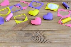 Walentynki ` s dnia serca DIY Kolorowe serce teraźniejszość robić odczuwany, filc świstki, papierowy szablon, nić na drewnianym s Fotografia Stock