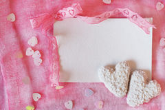 Walentynki ` s dnia symboli/lów serce kształtował ciastka i zaproszenie zastępcy Zdjęcie Royalty Free