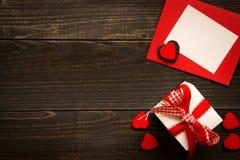 Walentynki ` s dnia tło Prezenta pudełko, czerwoni serca i walentynki ` s, Zdjęcia Royalty Free