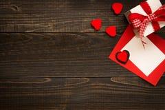 Walentynki ` s dnia tło Prezenta pudełko, czerwoni serca i walentynki ` s dnia karta z kopii przestrzenią na drewnianym biurku, Obraz Royalty Free