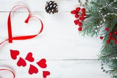 Walentynki ` s dnia tło, serca i gałąź choinka na białym drzewie, miejsce tekst Odgórny widok Obrazy Stock