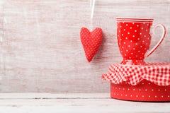 Walentynki ` s dnia tło z filiżanką i kierowym kształtem Zdjęcia Stock