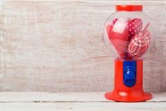 Walentynki ` s dnia tło z gumball maszyną i kierowym kształtem Obrazy Stock