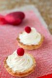 Walentynki ` s dnia tarts shortbread mini tortowy ciasto z masło śmietanką, malinki i serce na tle złocistym i czerwonym Zdjęcia Stock