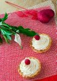 Walentynki ` s dnia tarts shortbread mini tortowy ciasto z masło malinkami, śmietanką, Spathiphyllum kwiatem i sercem i, Obraz Royalty Free