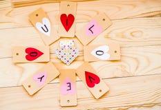 Walentynki ` s dnia wakacje ręcznie robiony papieru serc etykietki na nieociosanym tle w okręgu Obraz Royalty Free