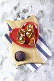 Walentynki ` s dnia wina specjalność bruschetta z figami, błękitnym serem i migdałem na talerzu w postaci serca na drewnianej des zdjęcie stock
