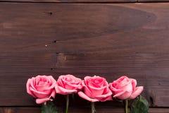 Walentynki ` s dzień: Biel pusta papierowa karta i róża płatki Zdjęcia Stock