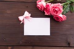 Walentynki ` s dzień: Biel pusta papierowa karta i róża płatki Zdjęcie Stock
