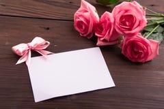 Walentynki ` s dzień: Biel pusta papierowa karta i róża płatki Zdjęcia Royalty Free