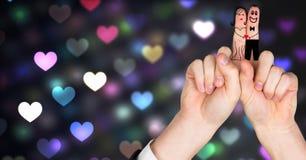Walentynki ` s palców miłości para i kolorowy bokeh serca świateł jarzyć się Obrazy Royalty Free