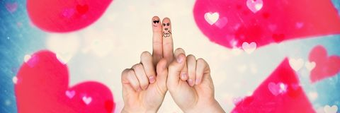 Walentynki ` s palców miłości para i olśniewać jaskrawych spławowych serca Fotografia Royalty Free