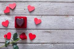 Walentynki tło, biżuterii pudełko i róża, kwitniemy na drewnie Zdjęcie Stock