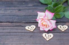 Walentynki tło, drewniany serce, wzrastał, walentynki miłość Obrazy Stock