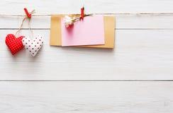 Walentynki tło, papierowi serca graniczy na drewnie, kopii przestrzeń Obrazy Royalty Free